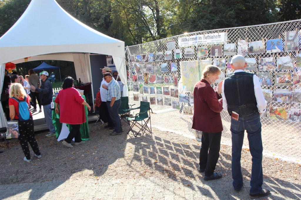 Pavillon mit Mauer aus Bildern